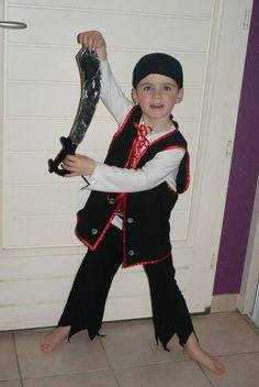 faire soi m me un d guisement de pirate pour enfant un des costumes de carnaval d 39 anniversaire. Black Bedroom Furniture Sets. Home Design Ideas
