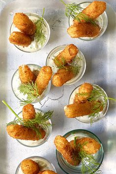 Mozzarella croquettes with tzatziki - Enjoy delicious fried appetizers filled with soft mozzarella in a glass of tzatziki. Tzatziki, Tapas, Yummy Snacks, Yummy Food, Dinner Party Starters, Food Porn, Cooking Recipes, Healthy Recipes, Le Diner