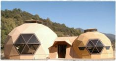 Domos Geodésicos Natural Architecture, Sustainable Architecture, Yurt Home, Dome Structure, Geodesic Dome Homes, Great Buildings And Structures, Dome House, Natural Building, Forest House