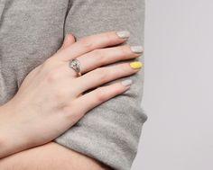 Wiosenne stylizacje: szary sweter, szare i neonowe paznokcie, pierścionek z diamentem.