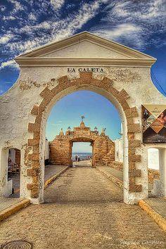 Puertas o Arcos de entrada a la Caleta y el castillo playa  de Cadiz antiguo.