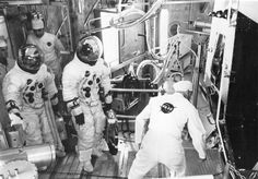 Apollo 11 backup crew members Fred Haise (left) and Jim Lovell prepare to enter the Lunar Module for an altitude test.  #PicOfTheDay Nasa Pictures, Nasa Photos, Nasa Images, Photos Du, Nasa Missions, Apollo Missions, Apollo 11, Apollo Guidance Computer, Accenture Digital