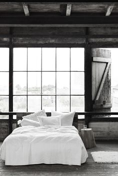 If the view from those windows were that of a farm, this would be perfect...I could live like this in the loft of an old barn :)
