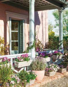 Fachadas con macetas con flores