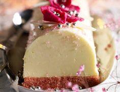 Voir la recette de la Bûche rose Healthy Dessert Recipes, Easy Desserts, Vegan Recipes, Cooking Recipes, Diet Recipes, Plated Desserts, Gelato, Holiday Recipes, Cheesecake