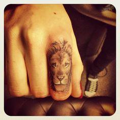 OMG jag verkligen älskar denna. Vanligtvis gillar jag inte tatueringar på fingrar, än mindre djurtatueringar. Denna var awesome på alla sätt och vis. KUDOS till tatueraren, som jag nu vill veta vem det är