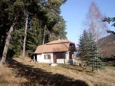 Chatka w górach w Spišská Teplica, Słowacja. Lopusna Lodge is a lovely rustic recreational chalet set in a tranquil forested valley, in walking distance of a ski centre; with cycling & hiking amongst the woods, hills & flower meadows in the summer months. There is gas central heating, a full...