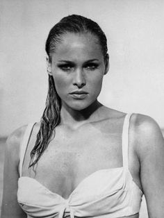 Ursula Andress, première James Bond Girl dans «James Bond contre Docteur No Ursula Andress, Hollywood Hair, Hollywood Beach, Classic Hollywood, Hollywood Glamour, Jeanne Moreau, Maria Callas, Das Piano, Faux Profil
