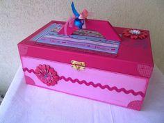 Para aquelas meninas apaixonadas por esmalte, uma caixa exclusiva, toda decorada, personalizada e que cabe muitos vidrinhos. Ainda acompanha lixa, pote para algodão e toalhinha de mão bordada. <br>Fazemos na cor que desejar!