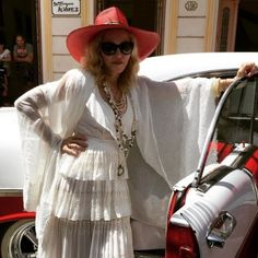 Madonna posa para foto nas ruas de Havana. A cantora está na capital cubana para…