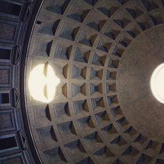 Panteão de Roma entrou pra lista sagrada quando ainda tinha 12 anos. Idade dessa cúpula? Quase dois mil anos seria mais sem o incendio ainda na epoca do imperio romano Situação: Checked! #pantheon #rome #roma #italy #raphael #romanempire #backpackingeurope #photography #fantrip #gettyimages by naoparoemcasa