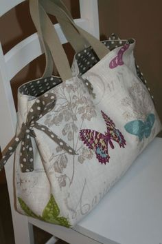 icu ~ Création personnalisée - 2 - Atelier Chiffons - Meljomath - in 2020 (With images) Sacs Tote Bags, Tote Purse, Patchwork Bags, Quilted Bag, Diy Sac, Handmade Purses, Craft Bags, Couture Sewing, Purse Patterns