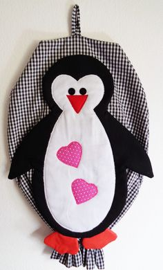 Feito com 100% algodão.  Medidas com: comp. 42 cm   largura. 32cm Crochet Penguin, Grocery Bag Holder, Peg Bag, Plastic Bag Holders, Penguin Craft, Crochet Leaves, Bazaar Ideas, Sewing Projects For Beginners, Hot Pads