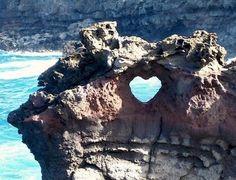 きれいな海をのぞむ岩にできた、ハート型の穴。 ついつい覗きたくなってしまいます。 恋人同士で訪れたら、写真撮影スポットに最高ですね!