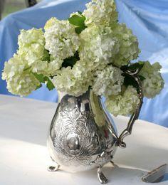 Hydrangea and silver teapot Fresh Flowers, Beautiful Flowers, Vignette Design, Hydrangea Arrangements, Silver Tea Set, Deco Floral, Interior Exterior, Table Centerpieces, Teapot Centerpiece