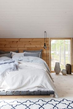 Cozy Cabin Interiors Inspiration for a modern log house - Honka Are You Buying A Central Air Conditi Style At Home, Dream Bedroom, Home Bedroom, Scandinavian Cabin, Cabin Interior Design, Log Home Interiors, Log Home Decorating, Black Rooms, Log Homes