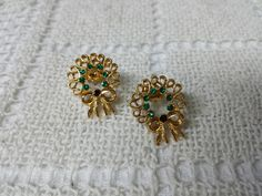 Avon Christmas  Wreath Gold  Pierced earrings Mint Condition  original box