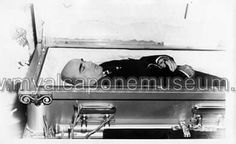 Al Capone at his wake after dying from complications of Syphilis. Real Gangster, Mafia Gangster, Valentines Day Massacre, Chicago Outfit, Last Rites, Post Mortem Photography, Life Of Crime, Celebrity Deaths, Famous Graves