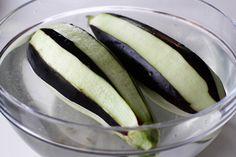 Mâncare de vinete - rețeta turcească Soslu patlıcan | Laura Laurențiu Jamie Oliver, Eggplant, Pickles, Cucumber, Vegetables, Food, Fine Dining, Essen, Eggplants
