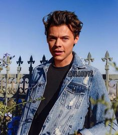 Image about boy in Harry Styles 💚 by happylovesweet ♡ Harry Styles Fotos, Harry Styles Mode, Harry Styles Baby, Harry Styles Pictures, Harry Styles Style, Harry Styles Edits, Harry Styles Imagines, Harry Styles Short Hair, Harry Styles 2010