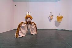 The Stage [El Escenario] presenta diez trajes realizados en colaboración con la diseñadora Lucile Sauzet entre los que se encuentran armaduras suaves, abrigos de cuero, pieles marchitas, máscaras misteriosas o tumores de látex. En lugar de piezas inanimadas, las prendas deben considerarse como personajes por derecho propio. Aunque carecen de un cuerpo reconocible, respiran a través del movimiento del aire y los dispositivos robóticos concebidos por el programador informático Julien Jassaud. Leather Coats, Furs, Law, Armors, Exhibitions, Suits