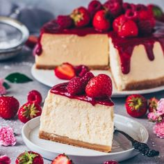 This Best Vegan New York Cheesecake is super creamy, absolutely delicious, and topped with homemade raspberry strawberry sauce! It's an easy Vegan Cheesecake Recipe that is dairy-free, egg-free and the perfect dessert for anytime! Brownie Desserts, Oreo Dessert, Dessert Parfait, Mini Desserts, Brownie Recipes, New York Cheesecake Rezept, Vegan Cheesecake, Raspberry Sauce, Strawberry Sauce