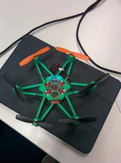 Flexbot montado correctamente y primeros vuelos exitosos. Falta práctica. @jaimeperera me hizo los tests ;)