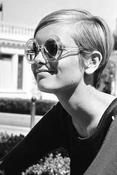 Vintage photograph of Twiggy in the Spring, summer style inspiration wearing retro sunglasses. Fashion icon of the swinging sixties. Short Pixie Haircuts, 1960s Fashion, Alexa Chung, Famous Faces, Mannequins, Ikon, Short Hair Styles, Hair Cuts, Hair Beauty
