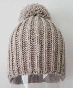 Wool caps with two needles. Loom Knitting, Free Knitting, Knitting Patterns, Crochet Patterns, Crochet Hat Size Chart, Herringbone Stitch Tutorial, Knitted Hats, Crochet Hats, Popular Crochet