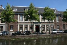 Vooraanzicht vanaf het water bij Rijksmuseum van Oudheden.