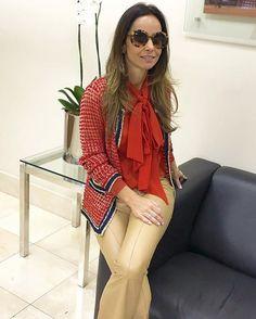 Elas usam Carol Bassi - a linda @silviapiresomairy com a camisa gola laço em seda + casaquete tricot vermelho.  They wear CB - the beautiful Silvia Pires Omairy wearing the silk pussy-bow blouse + red knitted cardigan. #carolbassi #carolbassibrand #casaquetecarolbassi #novascorescasaquetecarolbassi