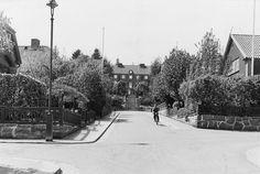Välskött 1950-talsvilla med underbar trädgård nära Härlanda tjärn - Stadshem Beautiful Homes, Cottage, Ceiling, Rustic, House, Outdoor, Houses, House Of Beauty, Country Primitive