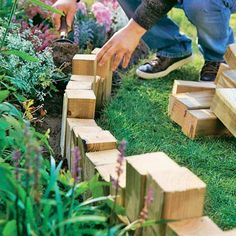 Kreativ-Idee für eine Beeteinfassung aus Holz Wood is an excellent material for the garden. Almost anything can be realized with the natural product – including an individual bedding border. Front Garden Design, Garden, School Garden, Garden Decor, Diy Garden Decor, Balcony Plants, Patio Plants, Wood Trellis, Garden Edging