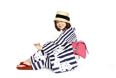 Everyone loves stripes. Modern playing card motif on very bold stripes. With the straw hat and red zori, arent you getting an Edwardian beach feel from this coordination? The bright watermelon-pink obi adds a fruity warm brightness to a coordination that is otherwise kind of bold and dark. 35,700円 yukata from Poisson Dor