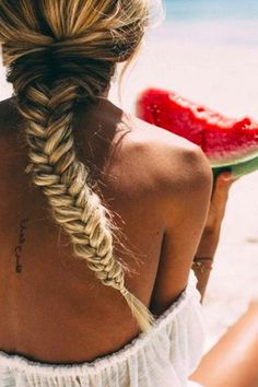 Strandfrisuren: So tragen sexy Beachgirls ihre Haare im Zopf! www.gofeminin.de/haare/strandfrisuren-s1434242.html