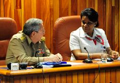 El General de Ejército Raúl Castro e Inés María Chapman, presidenta del Instituto Nacional de Recursos Hidráulicas.