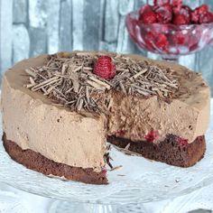 Ljuvligt god och krämig chokladmousse på en läcker, lite kladdig chokladbottnen med hallon. Scandinavian Food, Pudding Desserts, Cake Decorating, Cheesecake, Pie, Sweets, Snacks, Cookies, Green Garden