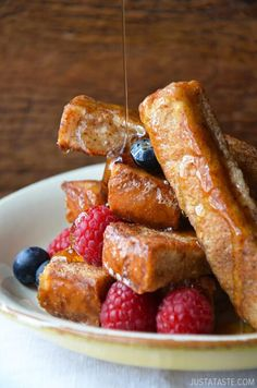 Easy Cinnamon French Toast Sticks by Just a Taste. Make breakfast a breeze with an easy recipe for cinnamon French toast sticks, perfect for dipping and dunking in maple syrup. Breakfast Desayunos, Breakfast Dishes, Breakfast Recipes, Breakfast Ideas, Dinner Dishes, Banana Bread French Toast, Cinnamon French Toast, French Toast Custard Recipe, French Vanilla