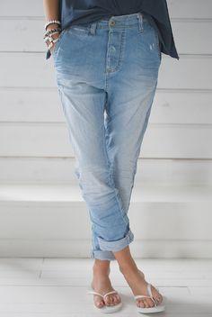 B I S K O P S G Å R D E N: white flips w/jeans