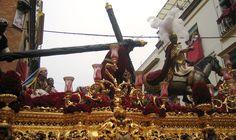 El paso de la Hermandad de la Esperanza de Triana, que precesiona en la Madrugada de la #SemanaSanta de #Sevilla, es el Cristo de las Tres Caídas, que representa a Jesús con la cruz al hombro en su tercera caída #SSantaSevilla15
