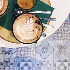 [MOOD] Belle journée les p'tits chats 🐱 ! Ici, on va se glandouiller. Les dimanches c'est fait pour ça pas vrai ?! Sinon cette photo, je l'ai prise jeudi. Ça fait déjà plusieurs fois que j'y vais et j'adore ce petit café dans le 11e ☕️🤗✨  ------------------------------------------  #louizeandco #louizeandco_lesjoliesadresses #life #lifestyle #coffee #mochalatte #barista #paris #parisian #parisjetaime #pausecafe #cafe #latergram #iphone #iphoneonly #love #moment #simplicity #simplethings…
