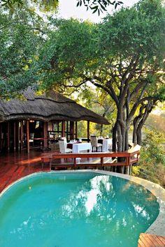 Imbali Safari Lodge is geleë in die wêreldbekende Krugerwildtuin en is die sentrale punt binne die Imbali Safari-konsessie. Die lodge het ruim, privaat chalets, elk met 'n uitsig oor die N'waswitsontso-rivierbedding. Die lodge is gemeubileer om luuksheid te weerspieël. Die verblyf beskik oor 12 vrystaande eenhede met koninggrootte-beddens en 'n maksimum van 2 kampbeddens wat vir kinders onder 12 jaar voorsien kan word. Elke eenheid het 'n ruim houtdek met 'n privaat plonspoel.