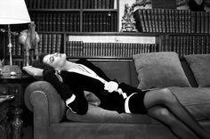 Abbas  FRANÇA. Paris. Modelo francês Ines de la Fressange posa no apartamento de Coco Chanel. 1986.