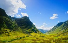 Écosse - Pays de légendes, de nature brute et de falaises dramatiques, l'Écosse est un endroit magnifique qu'il convient de visiter au printemps. À ce moment de l'année, c'est la période la plus sèche : l'ensoleillement y est assez présent et les températures commencent à s'adoucir.