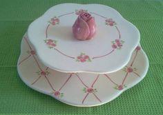 Prato de doces com dois andares,pintado com motivo de rosinhas.Pode ser feito em outra cor e sem aplique de flor. Os pratos não vem colados entre si. Isto os torna mais versáteis e facilita na hora de guardar. Na hora de usar basta colar com cola qunte ou branca .