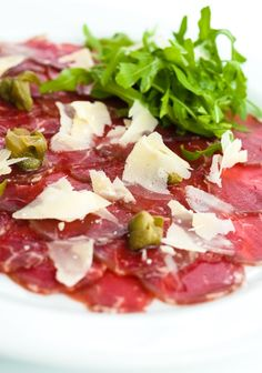Carpaccio, one of our favorite Venetian treats (it was invented at Harry& Bar in Venice! Click the photo to find out more about what food to eat in Venice! The post Don& Leave Venice Without Trying These 10 Dishes appeared first on Food Monster. Wine Recipes, Beef Recipes, Italian Recipes, Cooking Recipes, Healthy Recipes, Italian Dishes, A Food, Good Food, Plat Simple