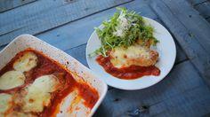 Akár+hisszük,+akár+nem,+de+az+olaszoknak+is+van+rántott+hús+receptjük.+Ez+a+parmezános+csirke+paradicsomszószban.+A+következő+vasárnapi+családi+ebédnél,+most+rántott+hús+helyett+ezt+a+kaját+csináljátok!    Parmezános+csirke  Hozzávalók+(6+főre):    2+ek+olívaolaj  3+db+csirkemell  2+gerezd…