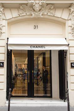 Luxury shopping in Paris - luxury apartment Classy Aesthetic, White Aesthetic, Estilo Coco Chanel, Luxury Store, Paris Shopping, Paris Apartments, Luxurious Bedrooms, Luxury Life, France