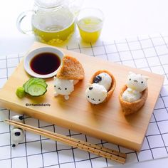 Meowwww Kitty Cat Inari Sushi: Really easy and fun, all you need are aburaage (tofu pouch), sushi rice, seaweed and a little egg (or fishcake) for the ears and hands/legs. Japanese Food Art, Japanese Sweets, Japanese Wagashi, Japanese Candy, Kawaii Dessert, Good Food, Yummy Food, Bento Recipes, Cute Desserts