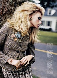 vogue and coffee :: loving the tweed combinations Skirt Outfits, Fall Outfits, Fashion Outfits, Fashion Trends, Autumn Inspiration, Style Inspiration, Vogue, Up Girl, Vintage Brooches